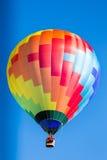 Único balão de ar quente colorido em voo Fotografia de Stock Royalty Free