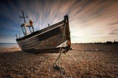 Único barco de pesca encalhado na praia pebbled Dungeness, Englan Imagens de Stock Royalty Free