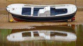 Único barco sobre a areia na maré baixa foto de stock