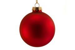 Único bauble vermelho isolado sobre o branco Fotografia de Stock Royalty Free