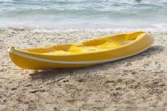 Único caiaque amarelo na praia. Imagem de Stock Royalty Free