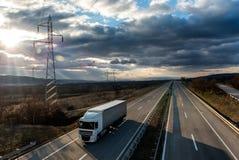 Único caminhão do caminhão na estrada do país imagem de stock royalty free