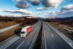 Único caminhão do caminhão na estrada do país foto de stock