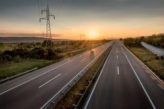 Único carro em uma estrada bonita no por do sol fotos de stock royalty free