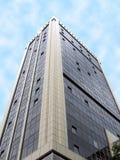 Único centro reflexivo de vidro urbano dos bens imobiliários imagens de stock royalty free