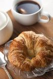 Único Croissant com chá Fotografia de Stock
