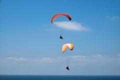 Único e parapente em tandem acima do mar Mediterrâneo Fotos de Stock Royalty Free