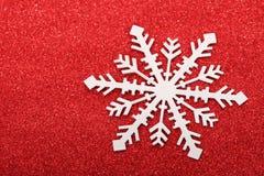 Único floco de neve no fundo vermelho Imagens de Stock