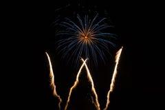 Único fogo de artifício no céu imagem de stock