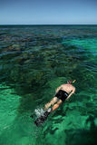 Único homem caucasiano que mergulha no oceano Foto de Stock Royalty Free