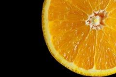 Único isolado fresco do fundo da corrediça do suco de laranja no preto Foto de Stock