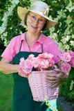 Único jardineiro com cortes cor-de-rosa na cesta Fotos de Stock