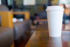 Único latte quente no copo de papel imagens de stock royalty free