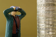 Único Looking modelo diminuto em moedas de libra inglesas Foto de Stock Royalty Free