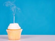 Único queque com candlle do fumo Foto de Stock Royalty Free
