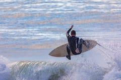 Único surfista masculino transportado por via aérea sobre a onda imagem de stock