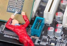 Único trabalhador técnico que fixa um computador Fotografia de Stock Royalty Free