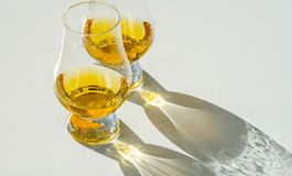 Único uísque de malte no vidro, vidro de prova luxuoso foto de stock