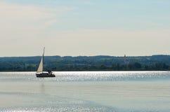 Único veleiro em um lago Imagem de Stock Royalty Free