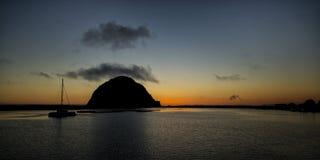 Único veleiro na silhueta na rocha de Morro Imagens de Stock Royalty Free