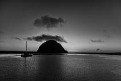 Único veleiro na silhueta na rocha de Morro preto e branco Fotografia de Stock