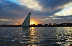 Único veleiro no por do sol imagem de stock royalty free