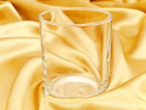 Único vidro no fundo dourado Fotografia de Stock