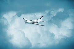 Únicos aviões da turboélice Voo pequeno do plano privado em nuvens azuis foto de stock royalty free