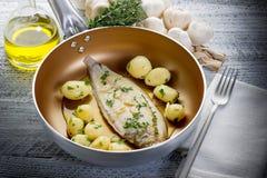 Únicos pescados con las patatas Imágenes de archivo libres de regalías