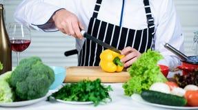 Útil para a quantidade significativa de cozinhar métodos Processos de cozimento básicos Cozinheiro chefe mestre do homem ou alime foto de stock