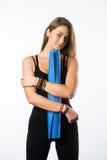 Üben Sie die Eignungfrau aus, die Holding-Yogamatte des Trainings zur stehenden betriebsbereit ist, die auf weißem Hintergrund ge Stockfotografie