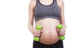 Übende Eignung der schwangeren Frau der Junge Stockfotografie
