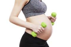 Übende Eignung der schwangeren Frau der Junge Stockfotos