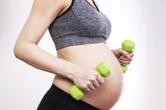 Übende Eignung der schwangeren Frau der Junge Lizenzfreies Stockbild