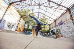 Übende Gymnastik der Frau auf einem skatepark Lizenzfreie Stockfotos