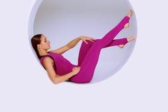 Übende gymnastische Übungen im geometrischen Design des runden sha Stockbild