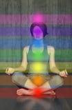 Übende Meditation der Frau mit den chakras Schönes junges Handelnyoga in der Lotoslage die Aktivierung von an Stockfotografie