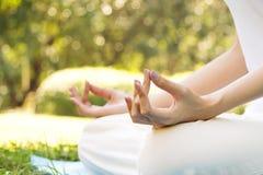 Übende Meditation der jungen Asiatin im Park Nahaufnahme übergibt w Lizenzfreie Stockfotos