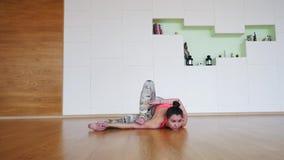 Übende moderne Yogahaltungen der jungen Frau stock video footage
