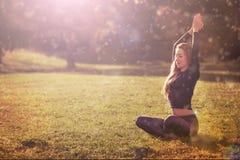 Übende Morgenmeditation der Frau in der Natur Stockbilder
