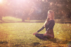 Übende Morgenmeditation der Frau in der Natur Stockfotos