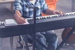 Übende Musik des begabten jungen Handikaps im Studio stockbilder