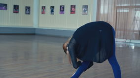 Übende Positionen des würdevollen Mädchens im Studio in 4K stock video footage
