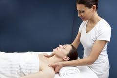 Übende Schultermassage des weiblichen Physiotherapeuten Stockfotografie