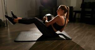 Übende Torsionsübung 4k des weiblichen Athleten stock video