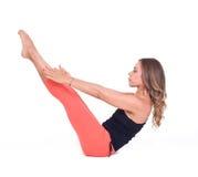 Übende Yogaübungen/Boot werfen - Navasana auf Stockfotos