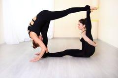 Übende Yogaübungen des Lehrers mit seinem Schüler Stockfotografie