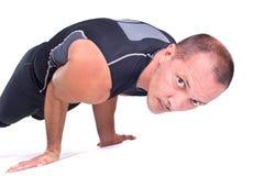 Übende Yogaübungen:  Herausforderungs-Haltung - Koundiyanasana Stockfoto