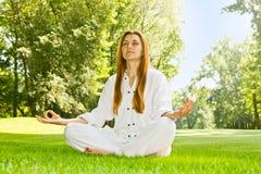 Übende Yogameditation der Frau stockbilder