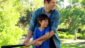 Übender Baseball des Vaters und des Sohns stock footage